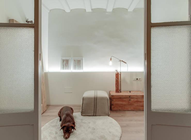 PISO NORD: Vestidores de estilo mediterráneo de Lara Pujol  |  Interiorismo & Proyectos de diseño