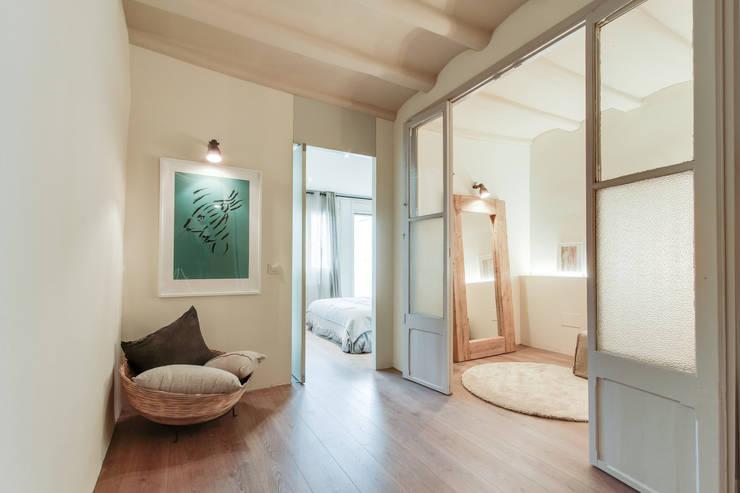 Ingresso & Corridoio in stile  di Lara Pujol  |  Interiorismo & Proyectos de diseño