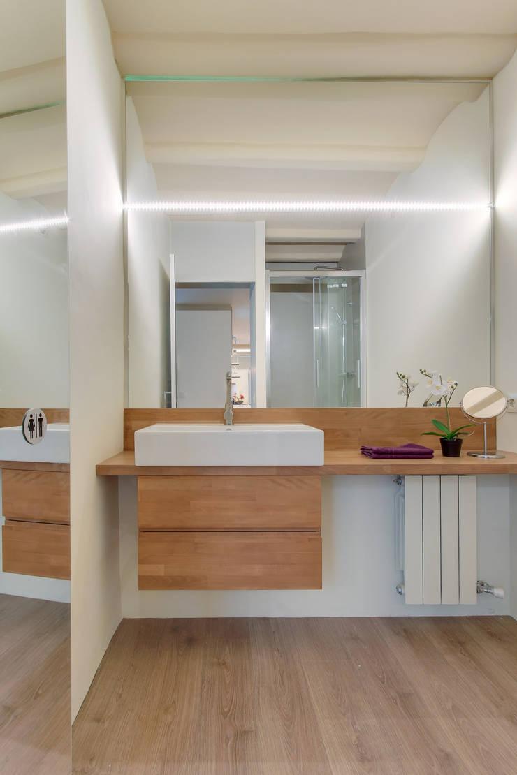 ห้องน้ำ โดย Lara Pujol  |  Interiorismo & Proyectos de diseño, เมดิเตอร์เรเนียน