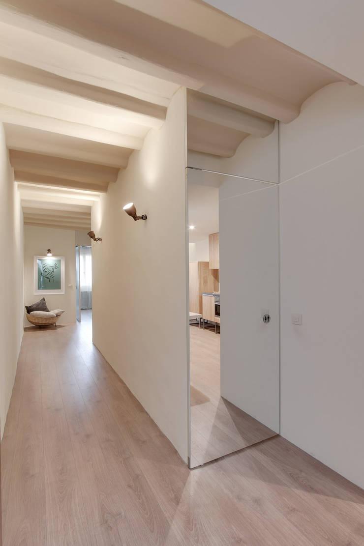 ระเบียงและโถงทางเดิน โดย Lara Pujol  |  Interiorismo & Proyectos de diseño, เมดิเตอร์เรเนียน