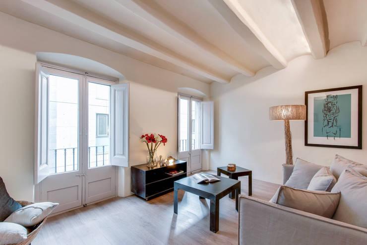 Soggiorno in stile in stile Mediterraneo di Lara Pujol  |  Interiorismo & Proyectos de diseño
