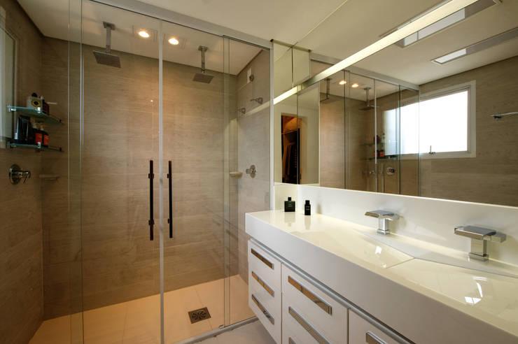 Modern bathroom by Régua Arquitetura Modern