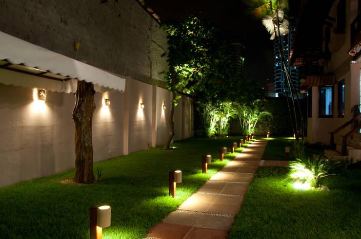 庭院 by L+A Arquitetura de iluminação