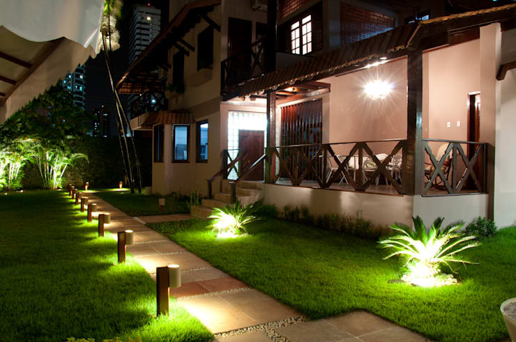 Jardines de estilo  por L+A Arquitetura de iluminação