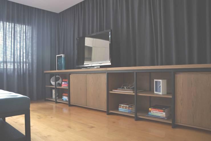 Mueble de tv para recámara principal: Recámaras de estilo  por CuboB Arquitectura de Interiores