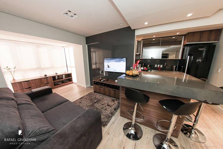 Living room by Rafael Grantham Arquitetura