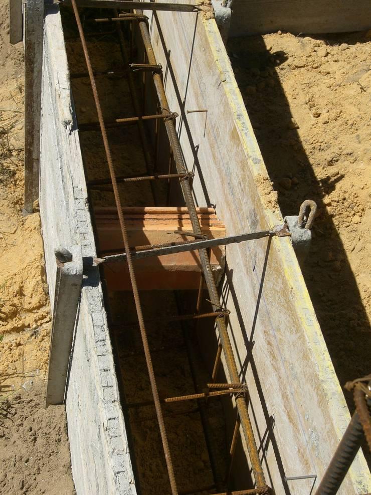 Apontamento de viga de fundação.: Casas  por knowhowtobuild