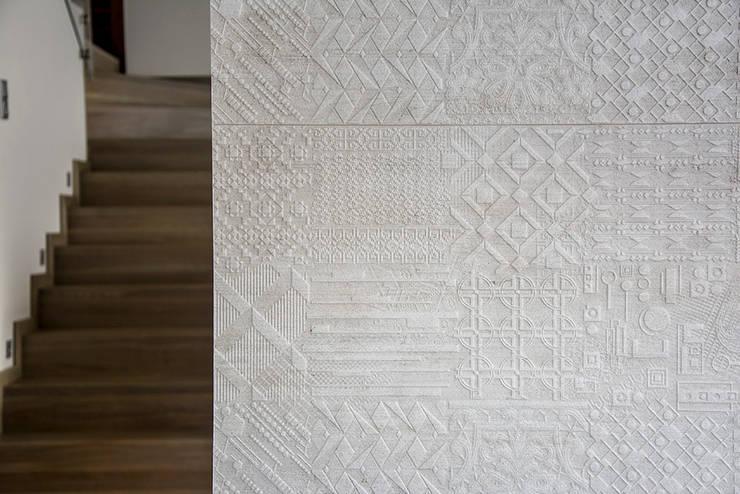 wnętrza: styl , w kategorii Ściany zaprojektowany przez STUDIO ROGACKI