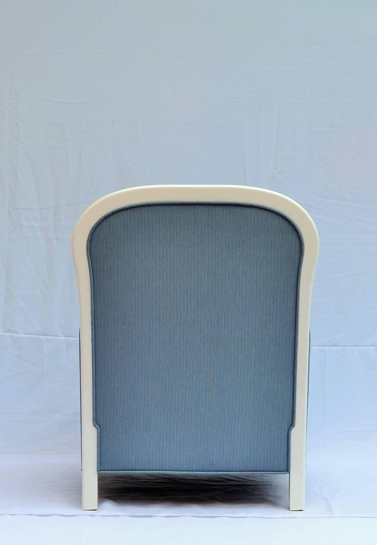 sillón capitonado: Salas de estilo  por fabrica de ideas
