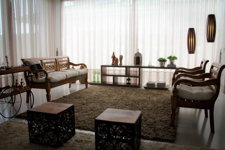Residência Primavera: Salas de estar  por Andrea F. Bidóia Arquiteta
