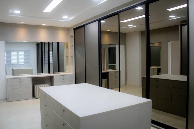 Residência Primavera: Closets modernos por Andrea F. Bidóia Arquiteta
