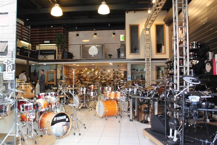 Reference Music Center: Lojas e imóveis comerciais  por Leben Arquitetura