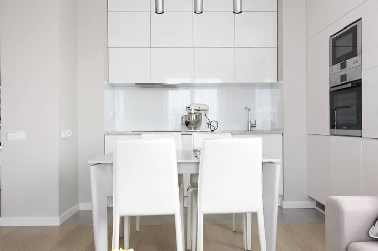 Apartament wielbicielki czerwieni: styl , w kategorii Kuchnia zaprojektowany przez I Home Studio Barbara Godawska