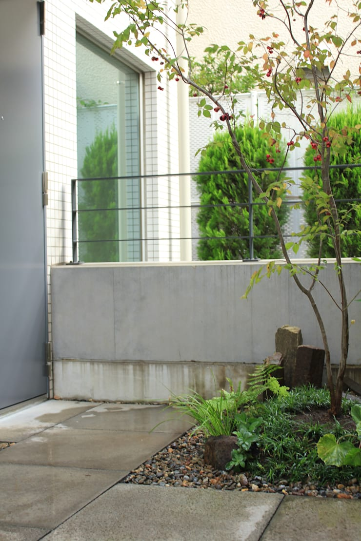 人工地盤上かつ30㎝幅の坪庭ー三鷹市井の頭の家-: attic gardenが手掛けたです。