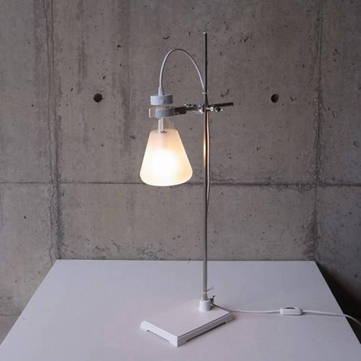 FLASK - Table Lamp: abode Co., Ltd.が手掛けたリビングルームです。