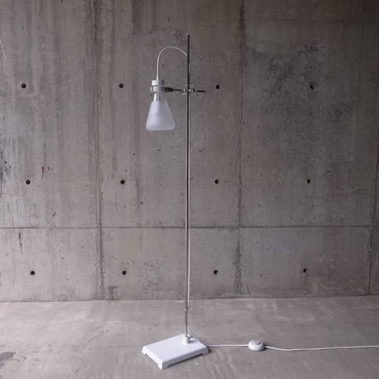 FLASK – Floor Lamp: abode Co., Ltd.が手掛けたリビングルームです。,