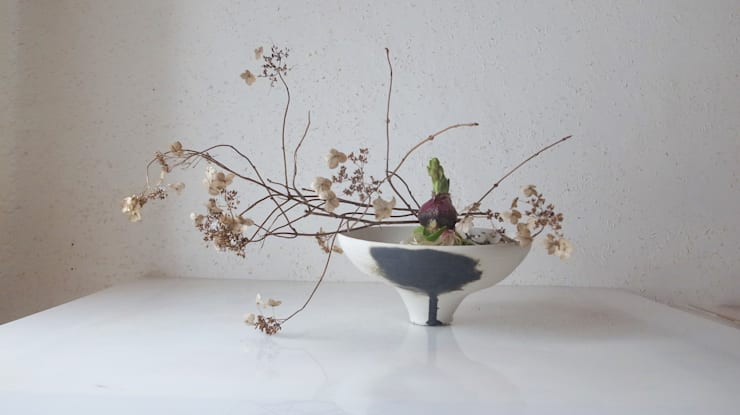 Flower Vase: Ricca OKANOが手掛けたリビングルームです。