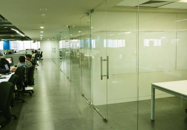corridor between meeting room and workstations:   by Horizon Design Studio Pvt Ltd