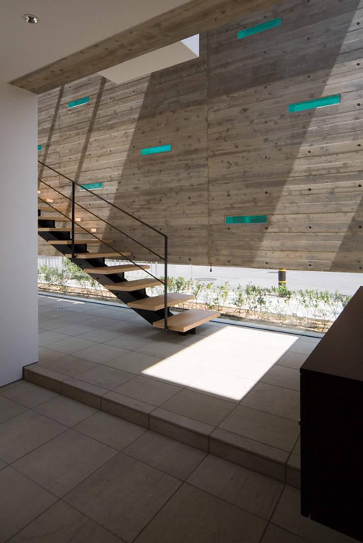 KaleidoscopeⅠ: 澤村昌彦建築設計事務所が手掛けた廊下 & 玄関です。,