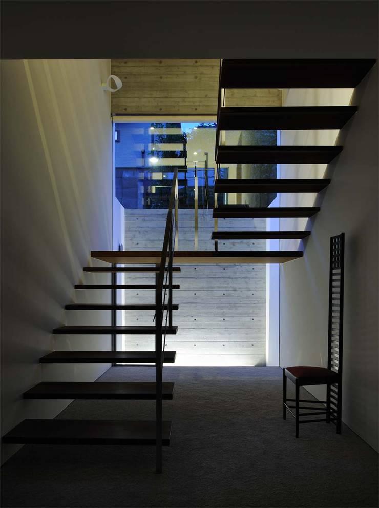 KaleidoscopeⅡ: 澤村昌彦建築設計事務所が手掛けた廊下 & 玄関です。,モダン