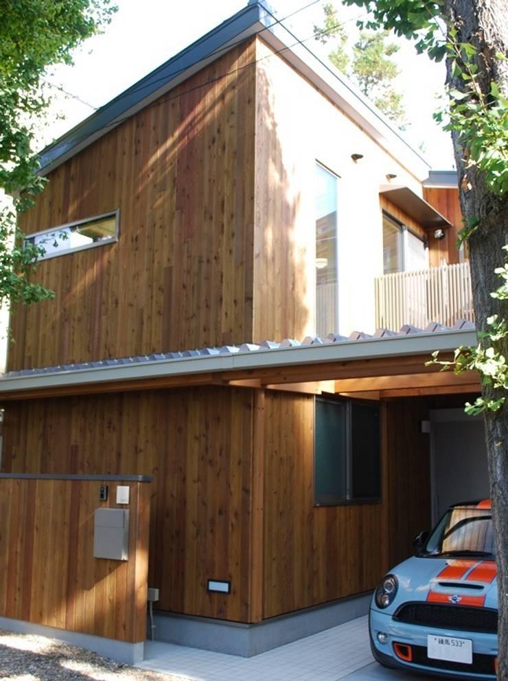 木製外壁パネルの外観: 奥村召司+空間設計社が手掛けた家です。,