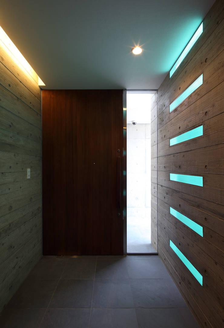 KaleidoscopeⅣ: 澤村昌彦建築設計事務所が手掛けた廊下 & 玄関です。,モダン