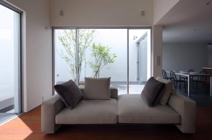KaleidoscopeⅣ: 澤村昌彦建築設計事務所が手掛けたリビングです。