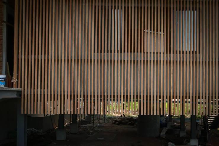 casa HK: Estudios y oficinas de estilo  por Osvaldo Gris - Grupo Joscaill