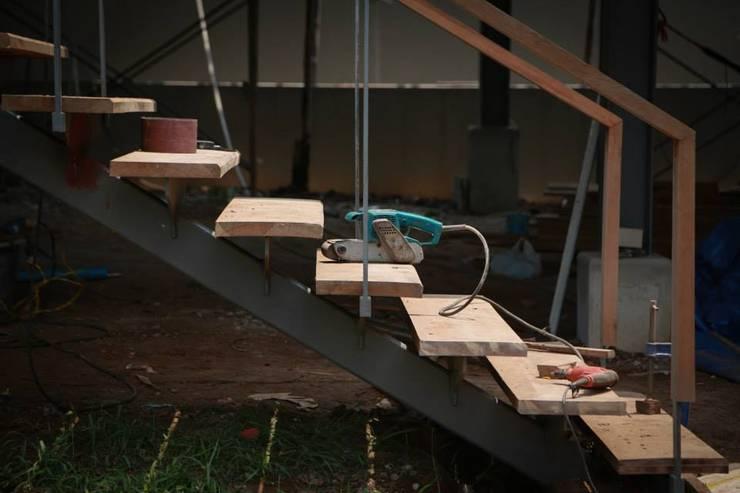 casa HK: Pasillos y recibidores de estilo  por Osvaldo Gris - Grupo Joscaill
