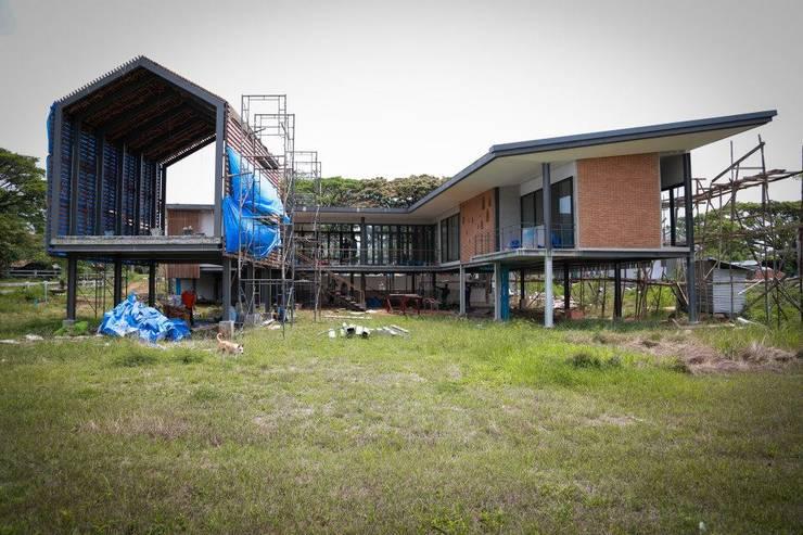 casa HK: Casas de estilo  por Osvaldo Gris - Grupo Joscaill