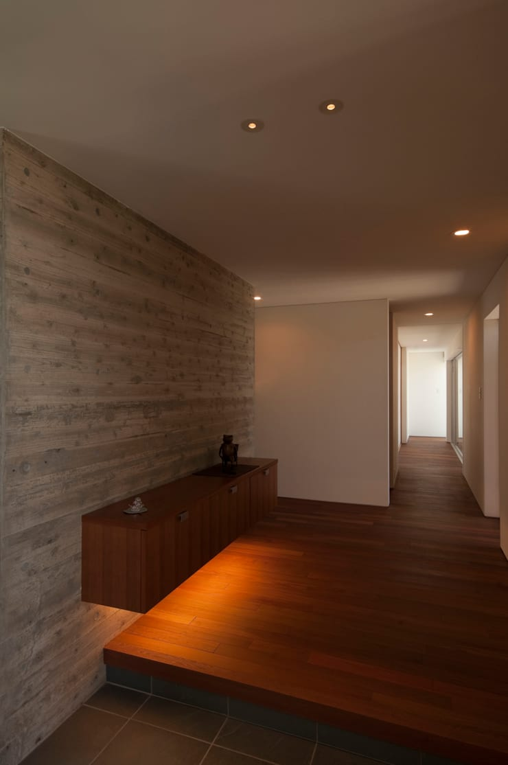 TNhouse: 澤村昌彦建築設計事務所が手掛けた廊下 & 玄関です。