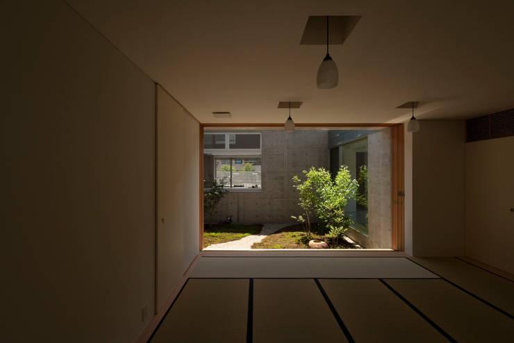 TNhouse: 澤村昌彦建築設計事務所が手掛けた寝室です。