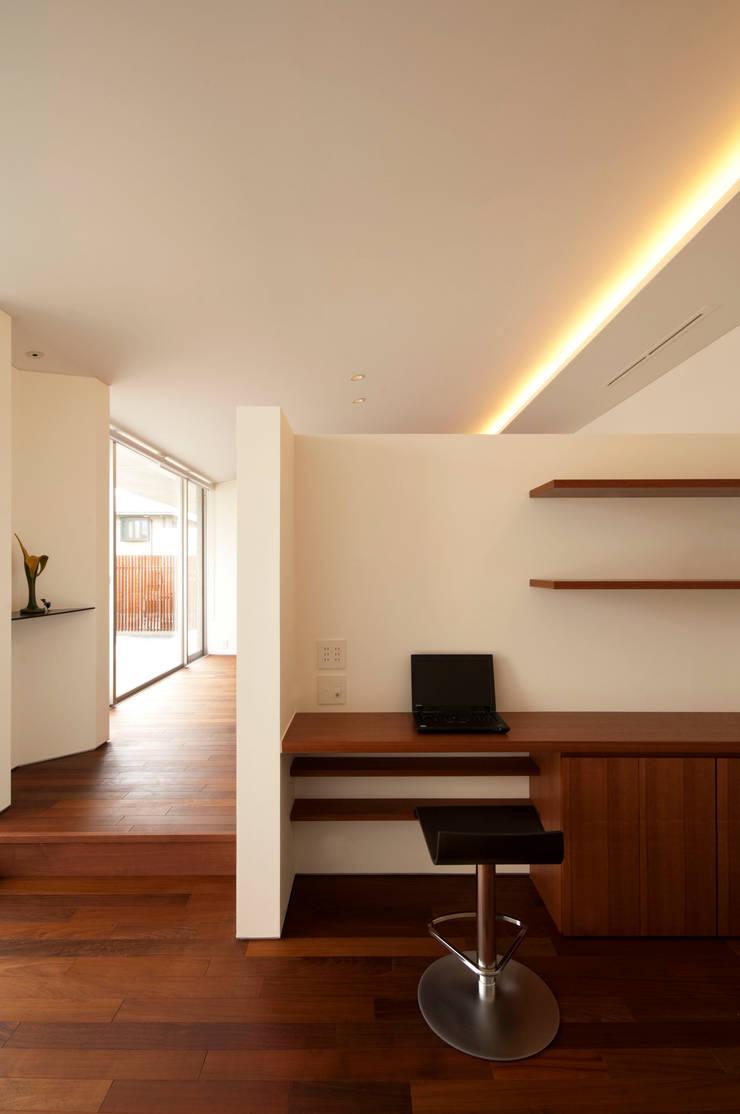 TNhouse: 澤村昌彦建築設計事務所が手掛けた書斎です。