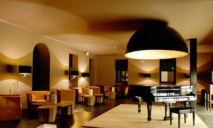 PIANO BAR: Sala de estar  por MORDOMIAS