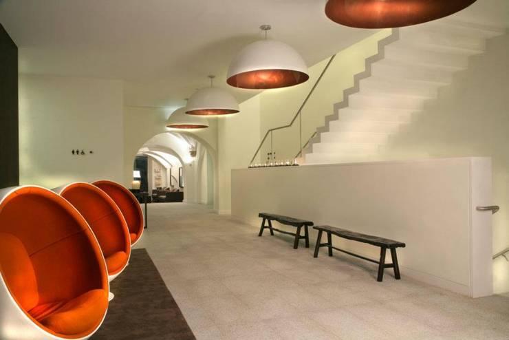 Vestíbulos, pasillos y escaleras de estilo  por MORDOMIAS