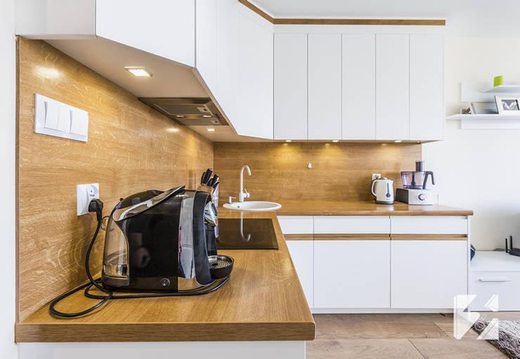 Białe meble na wymiar do kuchni z elementami w kolorystyce drewna: styl , w kategorii  zaprojektowany przez 3TOP,Nowoczesny Płyta MDF