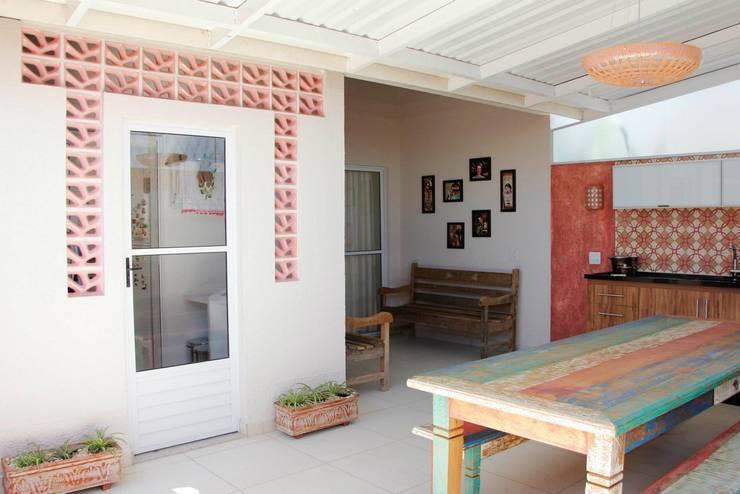 Residência em Jundiaí: Jardins  por Carol Abumrad Arquitetura e Interiores