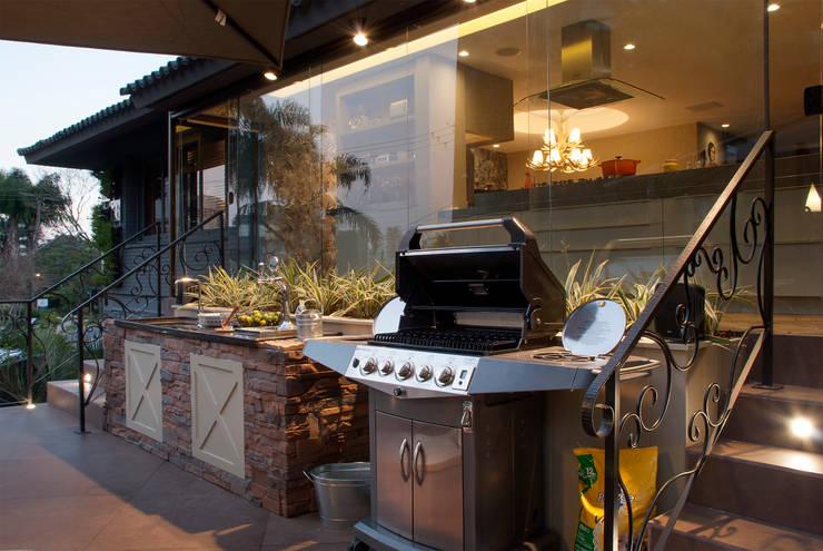 QG do Chef – Casa Cor 2014 : Cozinhas  por Sandro Jasnievez Arquitetura
