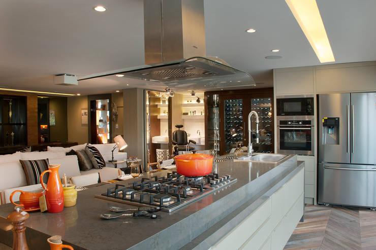 QG do Chef - Casa Cor 2014 : Cozinhas modernas por Sandro Jasnievez Arquitetura