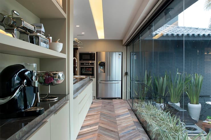 Kitchen by Sandro Jasnievez Arquitetura