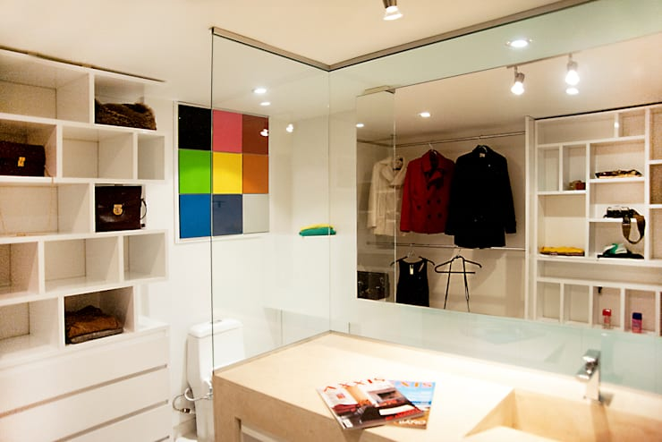 Walk In Closet : Baños de estilo  por Redesign Studio