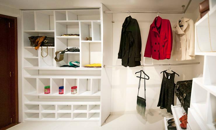 Walk In Closet : Vestidores de estilo  por Redesign Studio