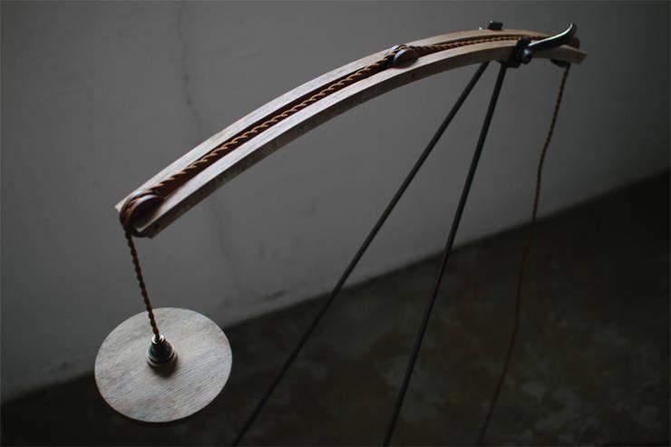 No.111 Floor Lamp フロアランプ: 木の生活道具MWC.WORKSHOPが手掛けたリビングルームです。