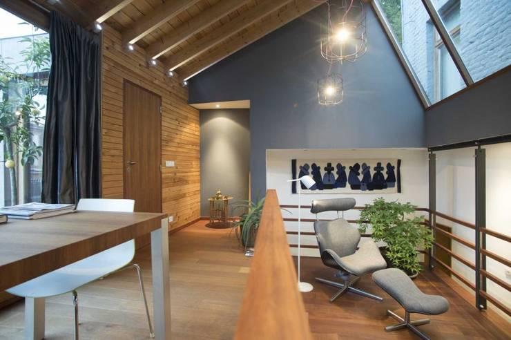 CRAPAURUE: Salle à manger de style de style Moderne par fhw architectes sprl