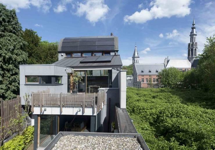 CRAPAURUE: Maisons de style de style Moderne par fhw architectes sprl