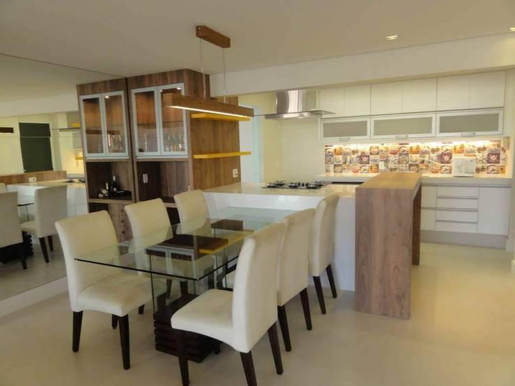 Cozinhas: Cozinhas  por Docca Reformas e Construções Eireli ME,
