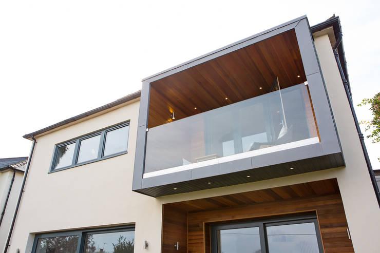 Balcony Pod:  Terrace by Urban Creatures Architects