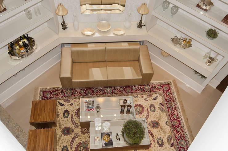 Casa 2011: Salas de estar  por Luciana Rogério e Luís Alfredo Marques Arquitetura e Design de Interiores
