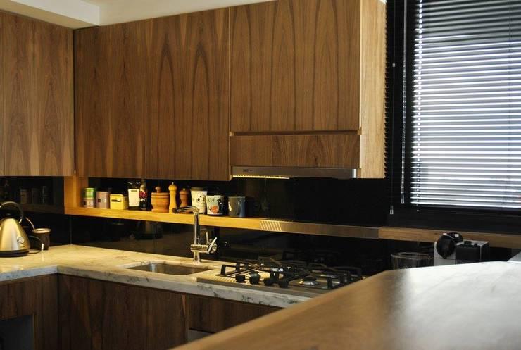 Depto DLH: Cocinas de estilo  por T + T Arquitectos,