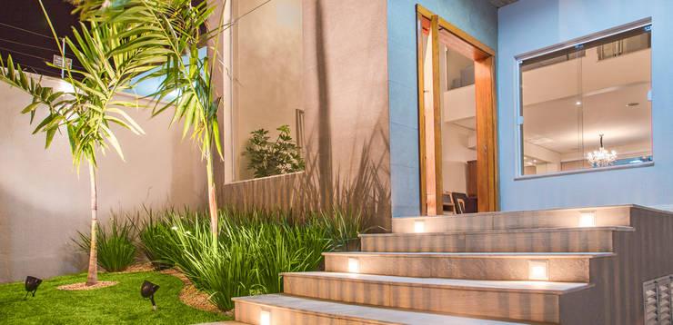 Jardim das Rosas: Casas modernas por Carolina Viafora